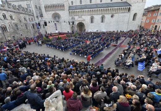 L'annuale proclamazione di Laurea in piazza Duomo a Trento